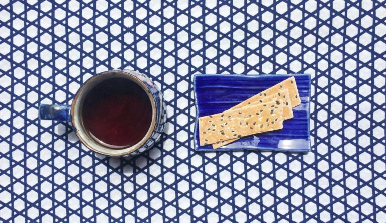 和クッキーのような 京都・尾張家の蕎麦板
