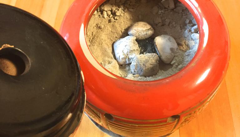 手づくりした鍋敷きが、蓋付き火鉢にぴったりサイズでした。