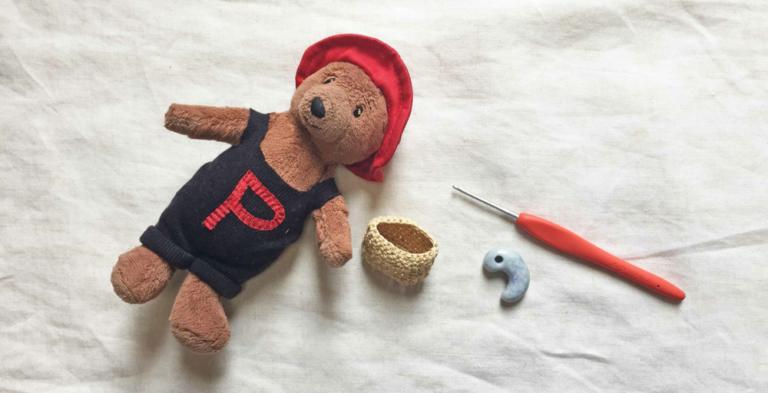 かぎ針で編む、お人形用の小さなバッグの編み方