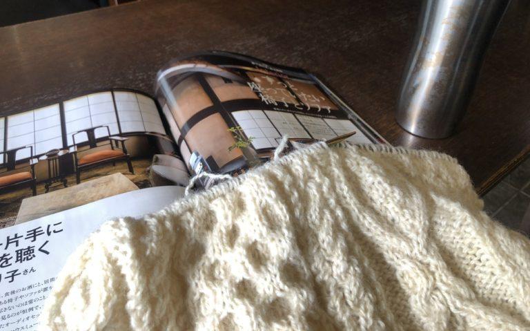 ほどいた毛糸で、アランセーターを編んでいます。