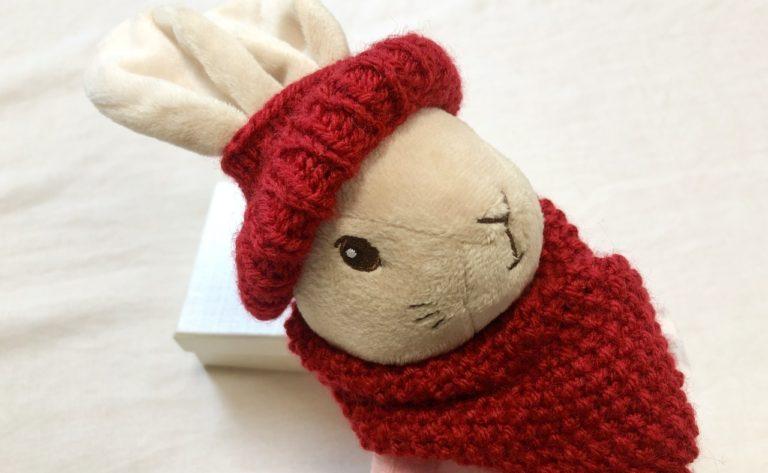 ピーターラビットのぬいぐるみに、手編みマフラーと帽子をつけた贈り物