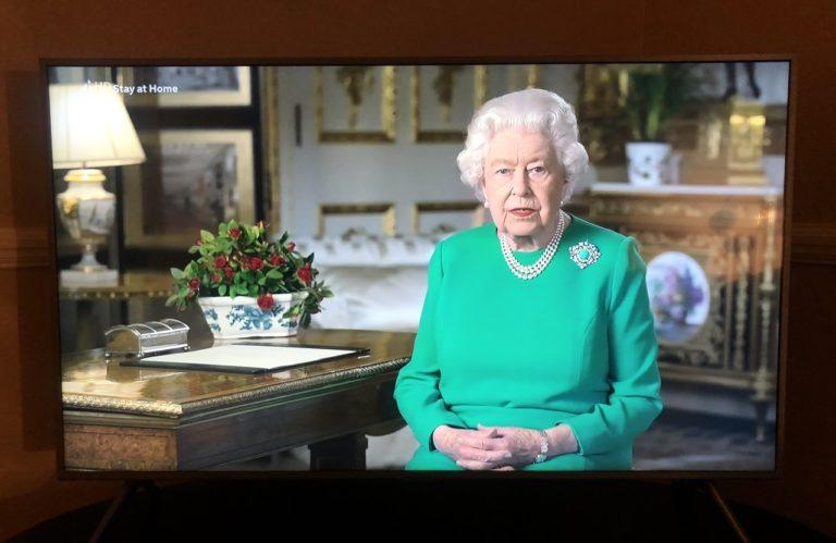 新型ウイルス:女王陛下のスピーチや、地元の小さなお店でのお買い物