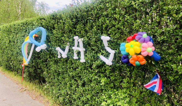 新型ウイルス:イギリスの窓に飾られた、子どもたちの虹