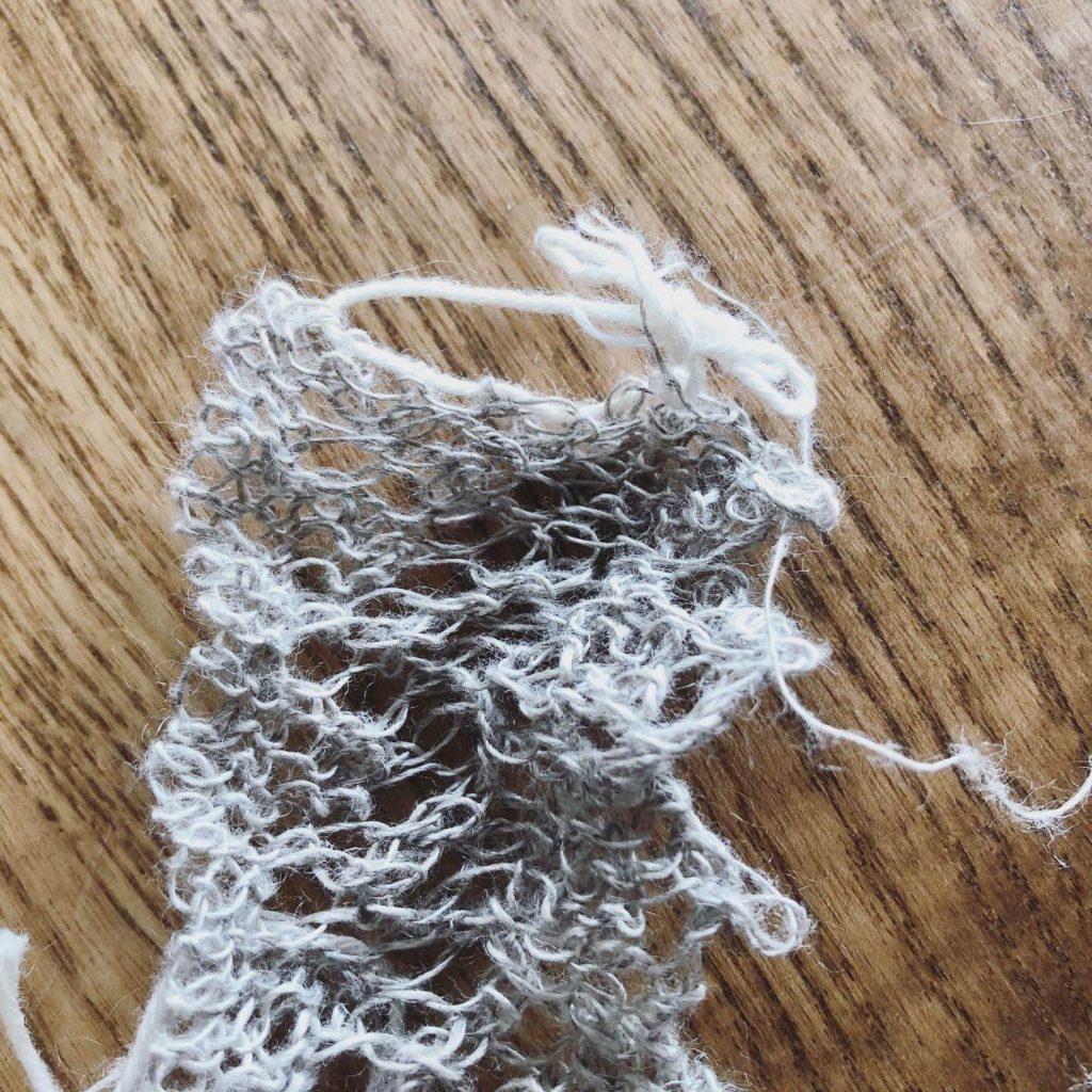 ブレード幅の長さ分、作り目をしてから編んでいく