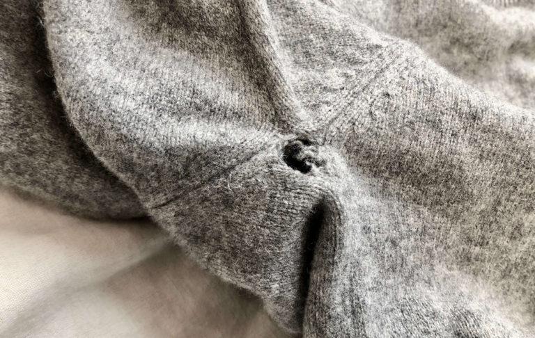 セーターの脇の下にできた穴を補修(ダーニング&かぎ針編み)